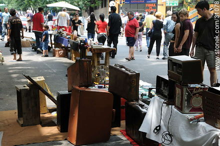 Tristan Narvaja market fair. Old suitcases and radios. - Photos of the Market Fair in Tristan Narvaja street - Department and city of Montevideo - URUGUAY. Image #31078