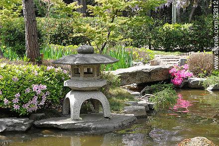 Linterna de piedra ishi doro en el jard n japon s for Lanterne giardino zen