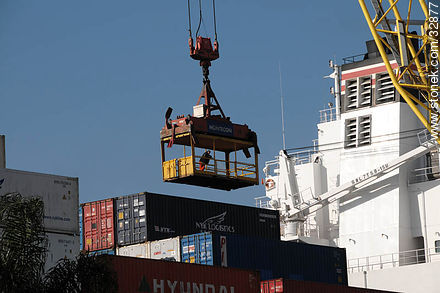 Unloading containers in the port of Montevideo - Photos of the Port area - Department and city of Montevideo - URUGUAY. Image #32877