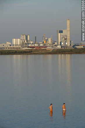 Ubici beach and UPM industrial plant - Photos of Fray Bentos - Rio Negro - URUGUAY. Image #35306