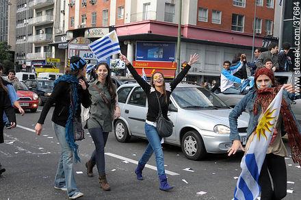 Pass to quarter finals celebration. - South Africa 2010 world championship celebration photos - URUGUAY. Image #37684
