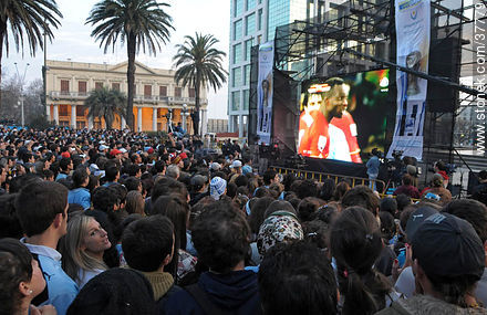Uruguay - Ghana match wide screen transmission at Plaza Independencia to pass to semi finals - South Africa 2010 world championship celebration photos - URUGUAY. Image #37779