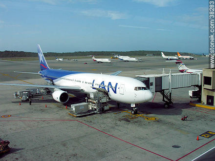 Lan airplane in Caracas - Photos of Caracas City - Venezuela - Others in SOUTH AMERICA. Image #38283