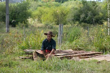 Resting farm man - Photos of Patria Gaucha festivity - Tacuarembo - URUGUAY. Image #39627