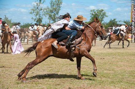 Bride's horse race.  - Photos of Patria Gaucha festivity - Tacuarembo - URUGUAY. Image #40077
