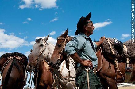 Waiting is turn - Photos of Patria Gaucha festivity - Tacuarembo - URUGUAY. Image #40033