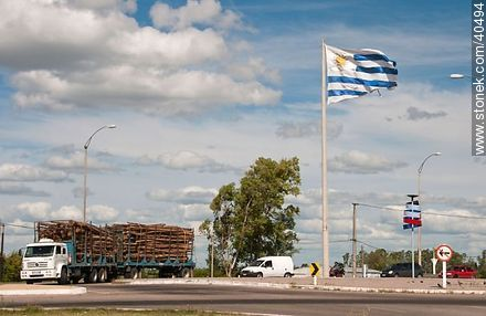 Timber truck at the roundabout at the entrance to the city of Durazno - Photos of Durazno city - Durazno - URUGUAY. Image #40494