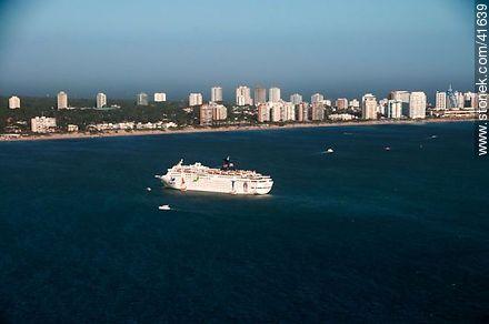 Cruiser at the bay of Punta del Este. - Aerial photos of Punta del Este - Punta del Este and its near resorts - URUGUAY. Image #41639