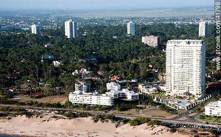 Le Jardin tower.  Acuña de Figueroa Ave. - Photos of promenades - Punta del Este and its near resorts - URUGUAY. Image #41799