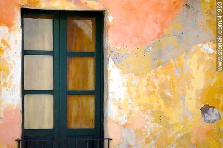 Peeling wall - Photos of Colonia del Sacramento - Department of Colonia - URUGUAY. Image #41993