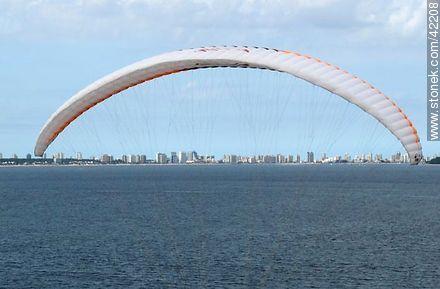 Paragliding in Punta Ballena - Photos of the open sea - Punta del Este and its near resorts - URUGUAY. Image #42208