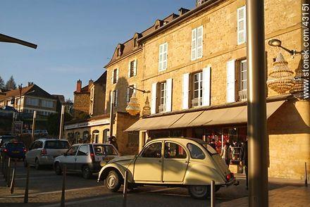 Sarlat-la-Caneda. Citroën 2CV. - Photos of Sarlat - Region of Aquitaine - FRANCE. Image #43151