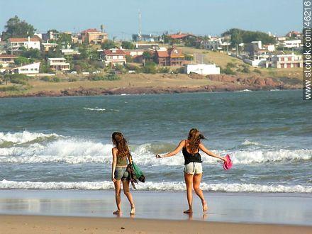 Girls walking along the shore - Photos of Piriapolis - Department of Maldonado - URUGUAY. Image #46216