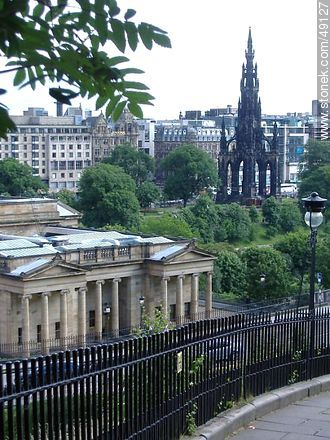 National Gelleries of Scotland y el monumento Walter Scott en Mound Place. - Fotos de Edimburgo - Capital - Escocia - ISLAS BRITÁNICAS. Imagen #49127