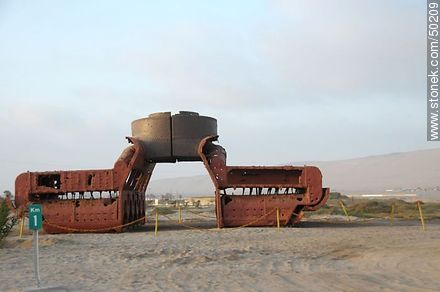 Remains of a boat on the beach The Machas - Photos of Arica - Chile - Others in SOUTH AMERICA. Image #50209