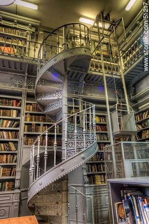 biblioteca del iava escalera caracol a la planta alta fotos en el da