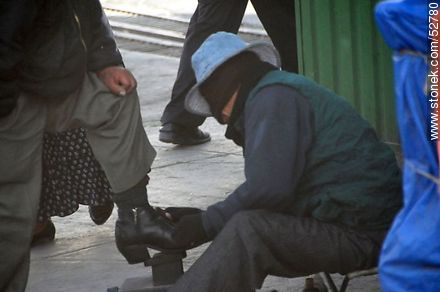 Bootblack with a bandage to hide his identity - Photos of El Alto - Department of La Paz, Others in SOUTH AMERICA. Image #52780