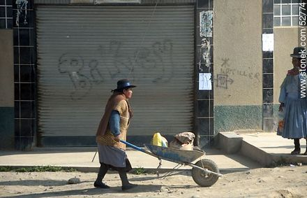 Lady with a wheelbarrow. Women in hard work. - Photos of El Alto - Department of La Paz, Others in SOUTH AMERICA. Image #52774