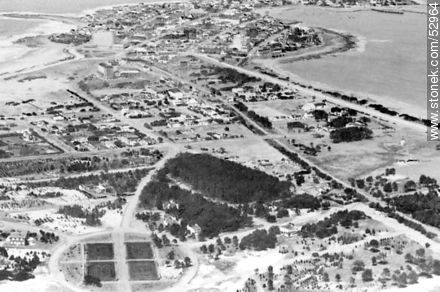 Old aerial photo of the access to the peninsula of Punta del Este. Parada 1 and 2. - Old photos of Punta del Este - Punta del Este and its near resorts - URUGUAY. Image #52964