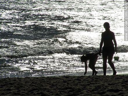 Mother and daughter walking along the shore - Photos of Piriapolis - Department of Maldonado - URUGUAY. Image #54991
