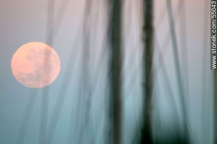 Full moon at dawn between sailboat masts - Photos of Piriapolis - Department of Maldonado - URUGUAY. Image #55043