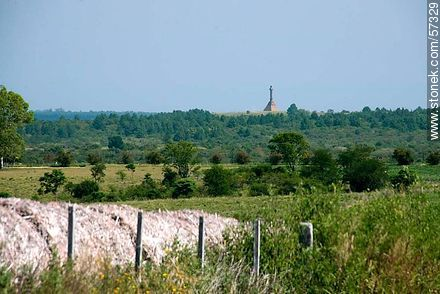 View from afar the pyramid and column of the monument on the Meseta de Artigas - Variety photos of the department of Paysandú - Department of Paysandú - URUGUAY. Image #57329