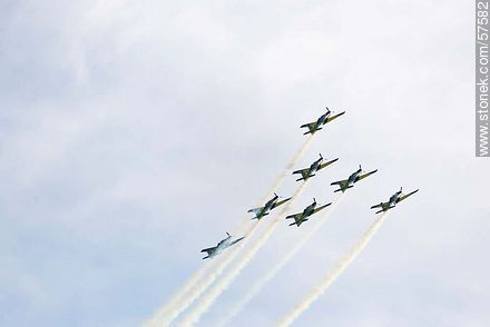 Aerobatics flight formation of the Brazilian Fumaça Escuadrilha Squadron with Embraer EMB 312 Tucano airplanes - Photos of the air show in Punta Carretas for the 100 years of the Uruguayan Air Force - Department and city of Montevideo - URUGUAY. Image #57582