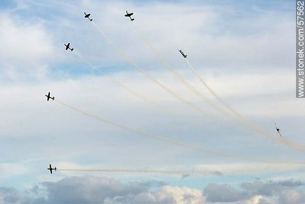 Aerobatics flight formation of the Brazilian Fumaça Escuadrilha Squadron with Embraer EMB 312 Tucano airplanes - Photos of the air show in Punta Carretas for the 100 years of the Uruguayan Air Force - Department and city of Montevideo - URUGUAY. Image #57562