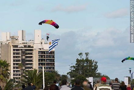 Paratroopers at the beginning of the show. Uruguayan flag. - Photos of the air show in Punta Carretas for the 100 years of the Uruguayan Air Force - Department and city of Montevideo - URUGUAY. Image #57723