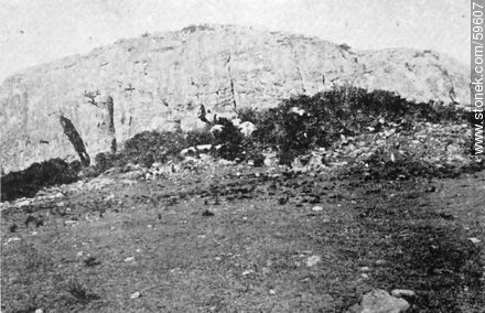 Cerro Arequita and entrance to the cave Colón. Department of Minas (Lavalleja). 1909. - Uruguayan old photos and drawings - URUGUAY. Image #59607