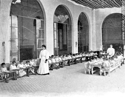 Foundling and Orphan Asylum. The lunch. 1909 - Photos of Old Montevideo (2) - Department and city of Montevideo - URUGUAY. Image #59652