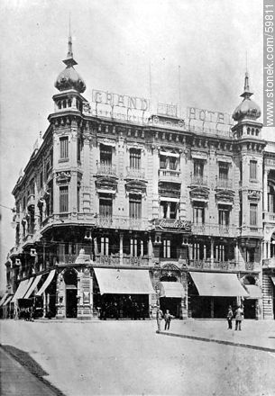 Grand Hotel de Lanata Brothers in Sarandi and Juan Carlos Gomez streets, 1910 - Photos of Old Montevideo (2), URUGUAY. Image #59811