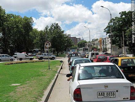 Cars bottleneck on Avenida Italia - Photos of Parque Batlle quarter - Department and city of Montevideo - URUGUAY. Image #60188