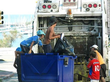 Child waste pickers in a truck of the municipality in the Rambla del Buceo - Things to correct - URUGUAY. Image #60375
