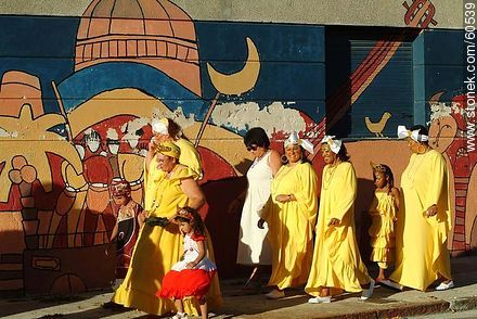 Women dressed in yellow - Photos of the preparatives of Llamadas parade - Department and city of Montevideo - URUGUAY. Image #60539