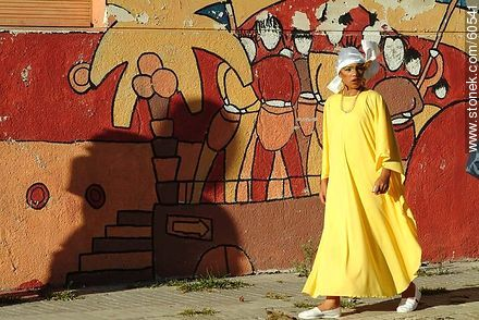 Women dressed in yellow - Photos of the preparatives of Llamadas parade - Department and city of Montevideo - URUGUAY. Image #60541