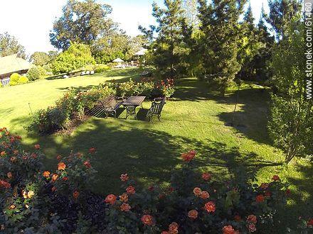 Garden and roses - Photos of L'Auberge hotel in Rincon del Indio - Punta del Este and its near resorts - URUGUAY. Image #61460