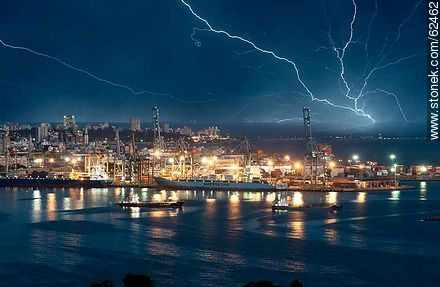 Thunderstorm in the night port activity in Montevideo - Photos of the Port area - Department and city of Montevideo - URUGUAY. Image #62462