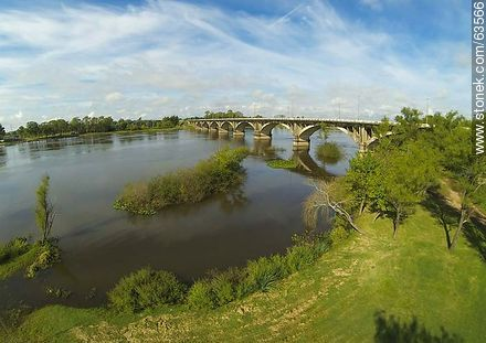 Aerial photo of the bridge on Route 5 on the Río Negro - Photos of the city of Paso de los Toros - Tacuarembo - URUGUAY. Image #63566