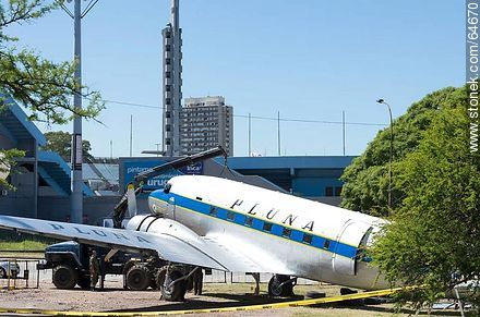 Refurbishing a Pluna Boeing DC-3 airplane - Extra photos of Montevideo. - Department and city of Montevideo - URUGUAY. Image #64670
