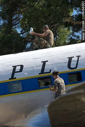 Refurbishing a Pluna Boeing DC-3 airplane - Extra photos of Montevideo., URUGUAY. Image #64661