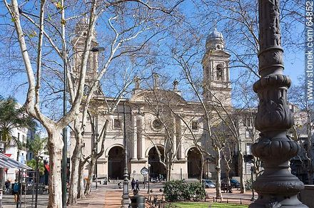 Catedral Metropolitana. Old street lighting column - Photo of Constitucion(Matriz) square and surroundings - Department and city of Montevideo - URUGUAY. Image #64852