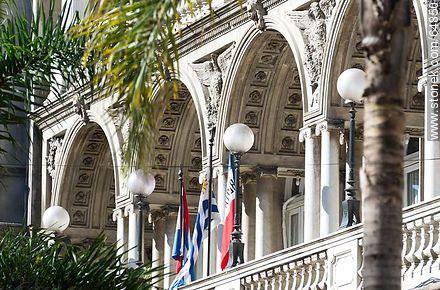 Balcony of Club Uruguay - Photo of Constitucion(Matriz) square and surroundings - Department and city of Montevideo - URUGUAY. Image #64850