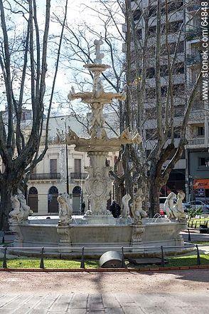 Fountain in Plaza Constitución - Photo of Constitucion(Matriz) square and surroundings - Department and city of Montevideo - URUGUAY. Image #64848