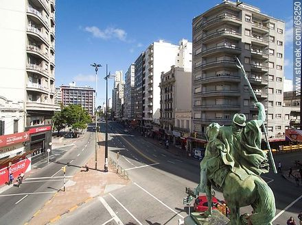 Aerial photo of the monument El Gaucho at Av. 18 de Julio and Av. Constituyente - Photos of downtown - Department and city of Montevideo - URUGUAY. Image #65250