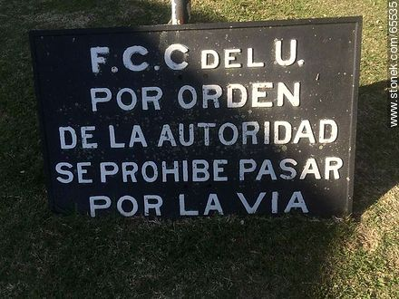 Sign ordering not passing on the railroad - Photos of Colonia del Sacramento - Department of Colonia - URUGUAY. Image #65535