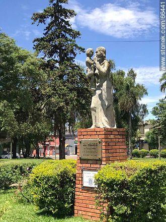 Monument to the mother in Plaza Batlle y Ordóñez - Photos of the City of Artigas - Artigas - URUGUAY. Image #66441