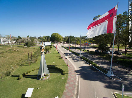Entrance to the city of Florida, its flag, the Virgin of 33 - Photo of Florida city - Department of Florida - URUGUAY. Image #66613
