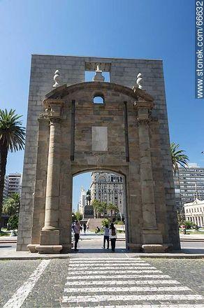 Puerta de la Ciudadela (Gate of the Citadel) - Photos of Plaza Independencia - Department and city of Montevideo - URUGUAY. Image #66632