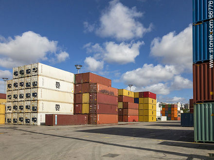 Containers in the port of Montevideo - Photos of the Port area - Port of Montevideo, URUGUAY. Image #66776